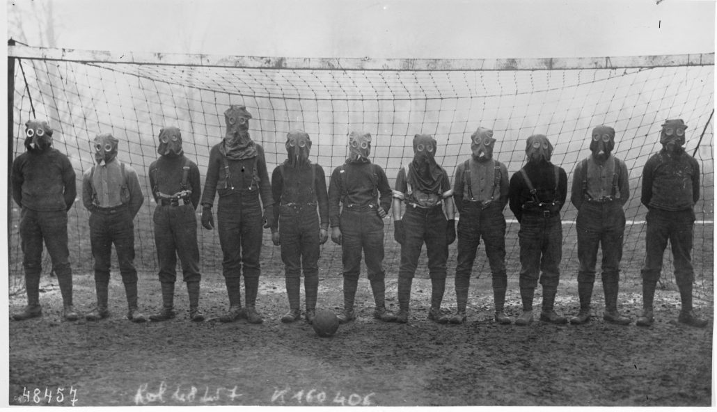 Football team of British soldiers with gas masks, Western front, 1916, Agence Rol - Bibliothèque nationale de France, département Estampes et photographie, EI-13 (531)